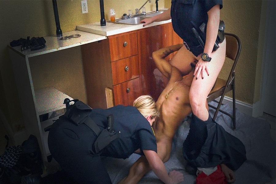 Kadın Polisler Kıstırdıkları Zenciye Zorla Siktirdiler
